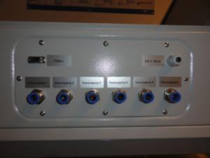 - 6 Stützluft-Ausgänge von den möglichen   Massendurchflussreglern; - Eingang für die Spannungsversorgung - Anschluss zur Steuerung / Softw